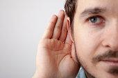 הצמדת אוזן אחת